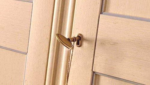 5b27d0a0571a8 Preto, aby sa vylúčila náhodná pádu ťažkých vecí alebo dverí samotnej  skrinky, je pre dieťa dôležité inštalovať zámok. Okrem toho vám táto  udalosť umožní ...